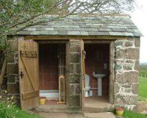Туалетный домик из камня