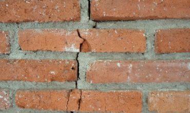 Треснувшая стена из-за просадки фундамента